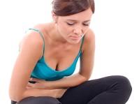 Młoda kobieta z bólami menstruacyjnymi