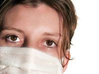 Kobieta w masce obawiająca się grypy