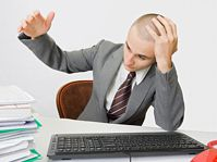 Zestresowany pracą młody człowiek